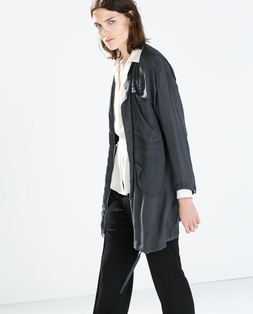 Il Parka lungo di Zara è perfetto su camicia bianca e pantaloni neri: mood garcon ma con grande stile