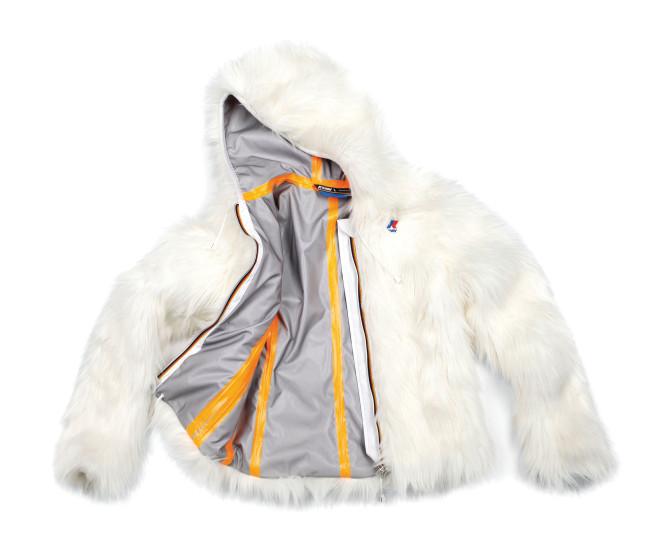 Per un inverno caldo e alla moda in stile K-Way: ecco la versione  Lily Hyeti in pelliccia ecologica a pelo lungo. Tessuto tecnico traspirante, interno termico con nastri sigillati in colori vivaci, massima vestibilità attillata, due tasche con zip e , naturalmente, il logo del brand