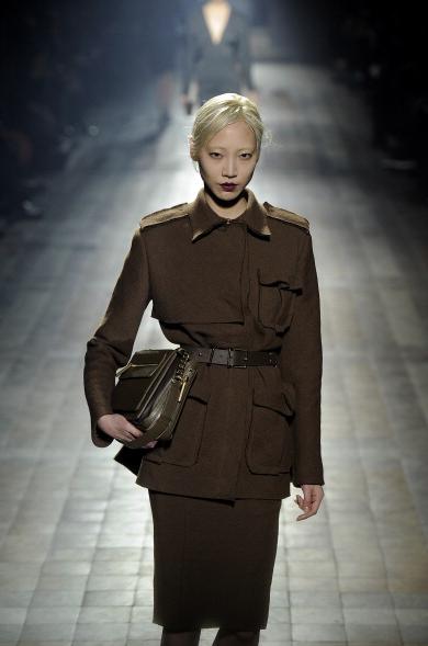 Linee che ricordano le uniforme militari e cinture strette in vita per la collezione autunno-inverno 2013-2014 di Lanvin