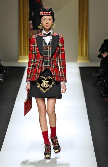 La proposta di Moschino per la fall-winter 2013-2014 dice God Save The Queen