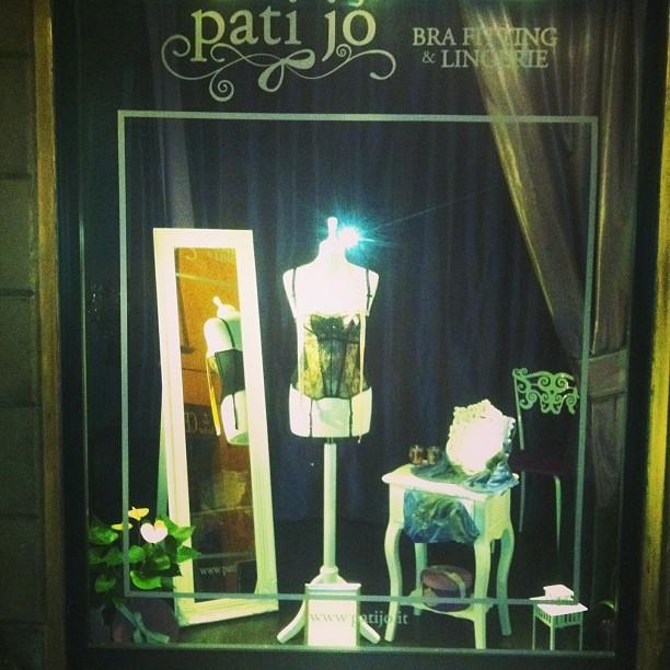 Vetrina della boutique Pati Jò in Via Paganica, a Roma. Pati Jò.