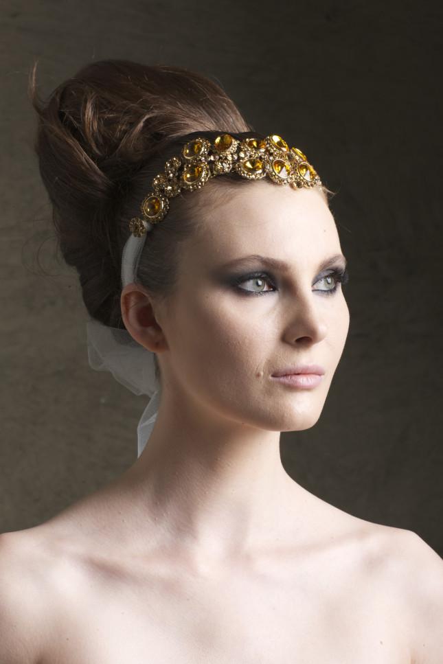 Acconciatura con fascia gioiello decorativa Aldo Coppola