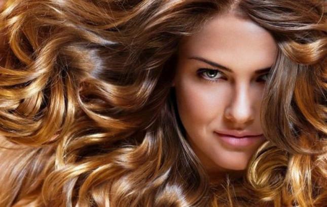 Balayage su capelli ricci biondi