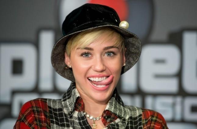 Quando non posa nuda la cantante Miley Cyrus ama essere trendy. Eccola sorridente con una camicia a scacchi