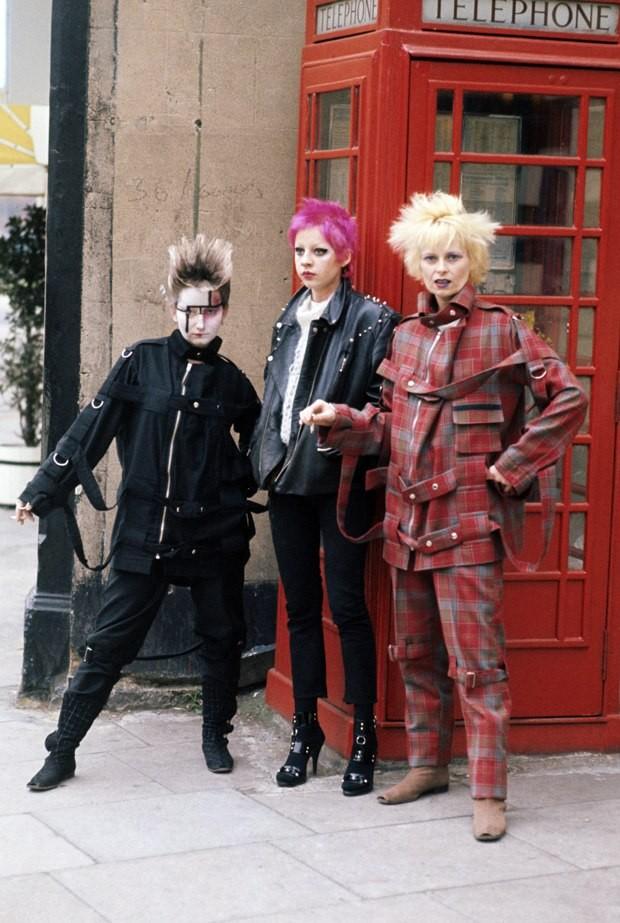 Una giovanissima Vivienne Westwood in piena moda punk, stile che lei stessa ha contribuito a creare nella Londra degli anni '70