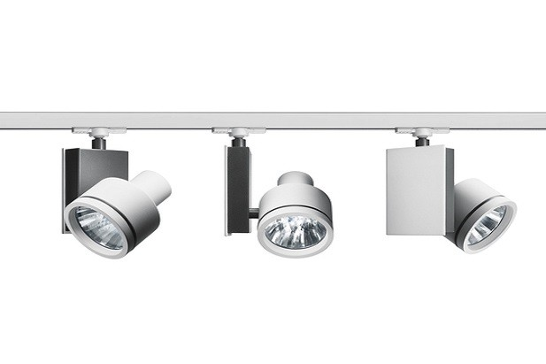 Luce orientata e puntuale con i faretti LED modello Picto della ditta Artemide in alluminio verniciato bianco