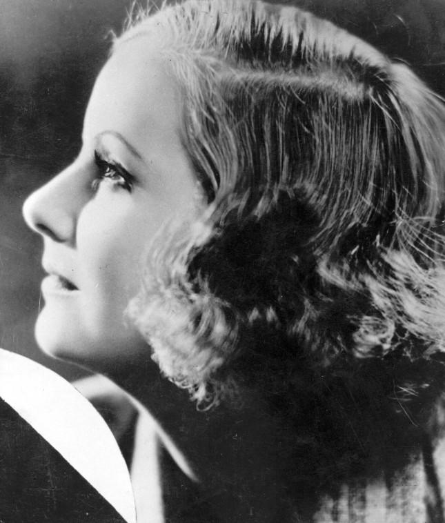 il caschetto ondulato di Greta Garbo di profilo
