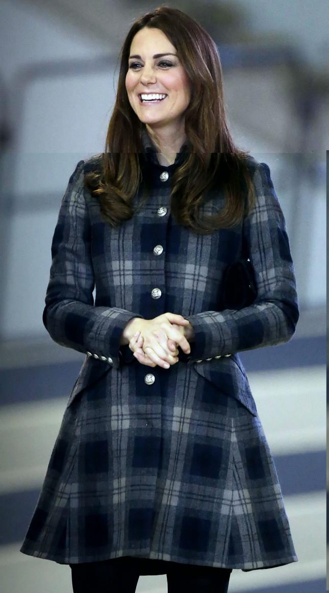 Elegante e chic: per le cerimonie ufficiali la Duchessa di Cambridge indossa un cappotto in tartan blu