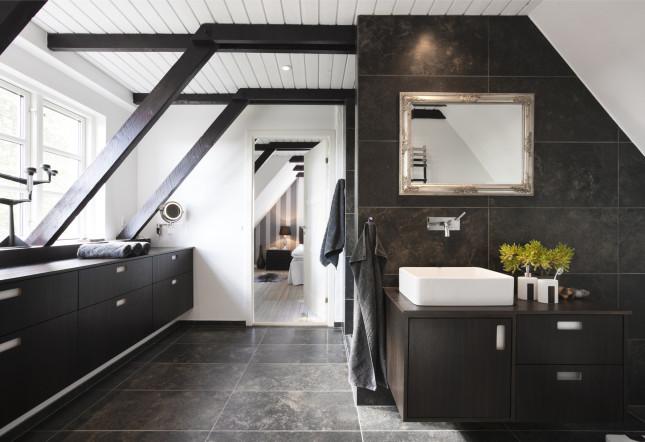 Per il bagno si può pensare a dei mobiletti bassi per recuperare lo spazio lungo tutto la finestra