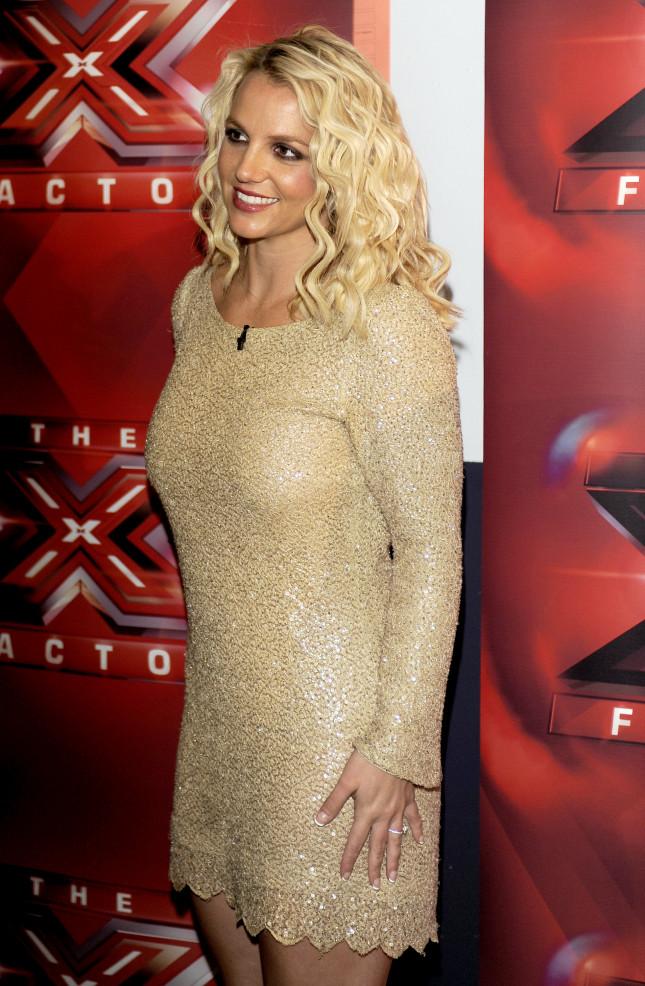 Britney Spears posa in occasione delle audizioni di X Factor, con anello di fidanzamento al dito