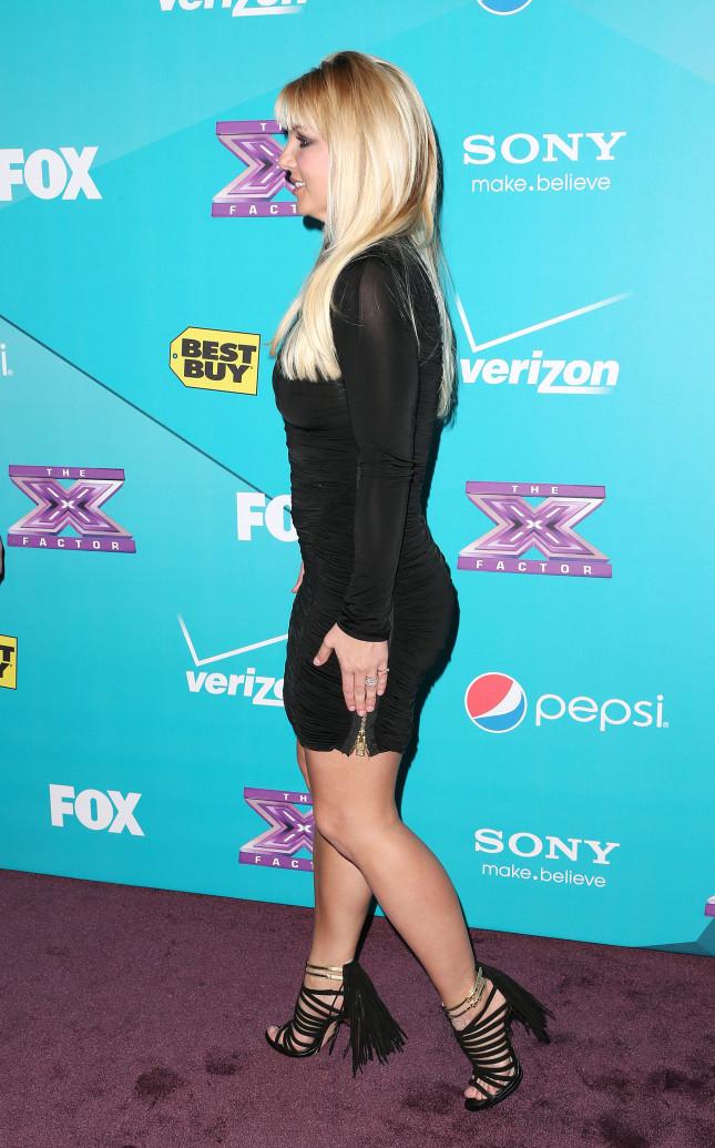 Britney Spears posa per la finale di X Factor, l'anello che porta al dito è un diamante di tre carati e mezzo, contornato da 90 diamantini tondi, confezionato dal gioielliere Neil Lane