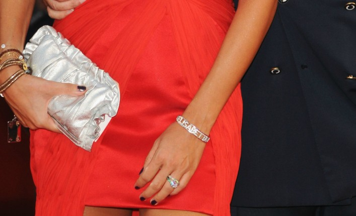 Elisabetta Gregoraci, particolare anello di fidanzamento: un pezzo unico della gioielleria De Grisogono, un diamante da 6 carati con pavè di 297 smeraldi