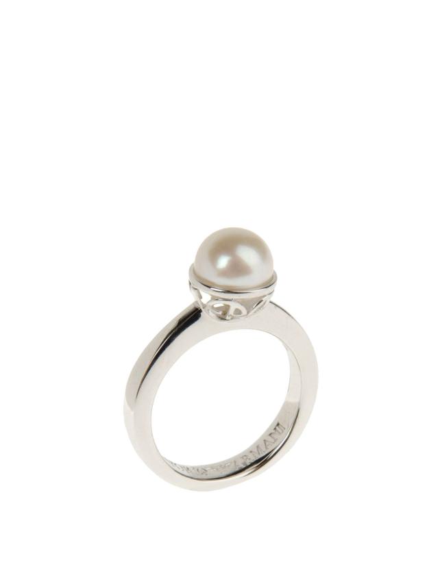 Anello in argento con perla di Emporio Armani, costo circa 75 euro, disponibile sul sito yoox.com