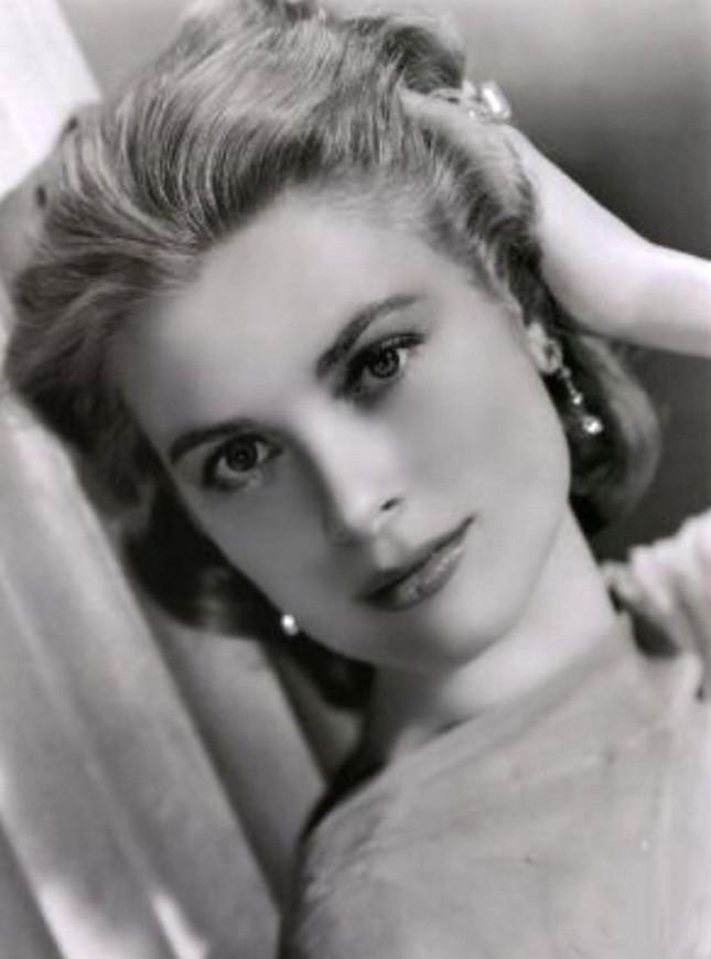 Primo piano di Grace Kelly, al dito l'anello di Cartier regalatole dal futuro marito, il principe Ranieri III, nel gennaio del 1956, e dal quale non si separerà mai