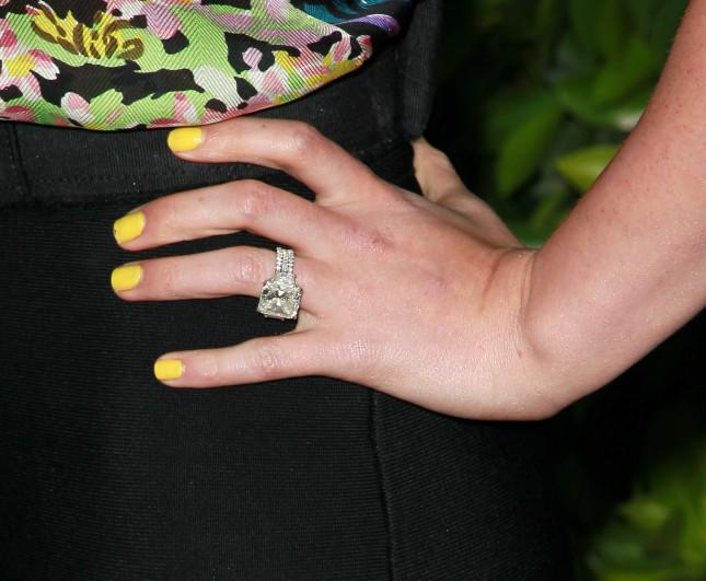 Focus sull'anello di fidanzamento di Hilary: un diamante taglio radiant di ben 14 carati