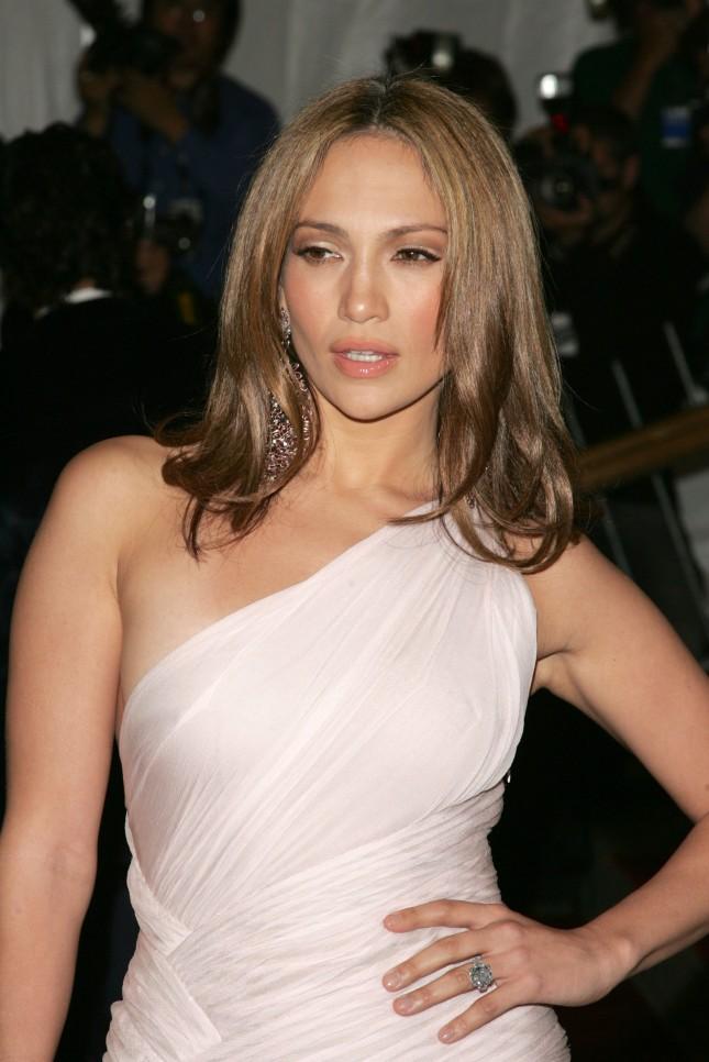 Jennifer Lopez, particolare anello di fidanzamento, un diamante di un raro colore blu, di 8,5 carati