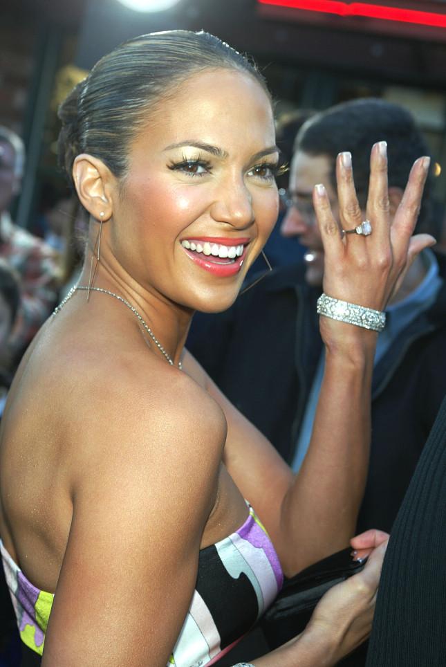 Jennifer Lopez mostra l'anello regalatole dall'allora fidanzato Ben Affleck, una pietra centrale da 6,1 carati rosa