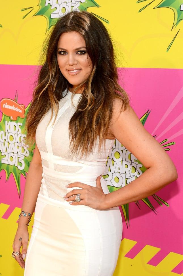 Khloe Kardashian posa in occasione del 26esimo Kids' Choice Awards, con l'anello di fidanzamento al dito, è il 23 marzo 2013