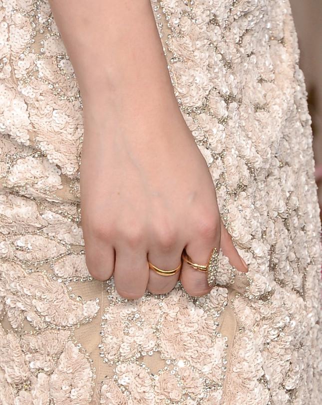 Zoom sull'anello indossato da Kristen alla notte degli Oscar: l'anello assomiglia così tanto a quello di Bella Swan, che i rumors avevano ipotizzato fosse un messaggio da parte di Kristen al bel Robert Pattinson per cercare una riconciliazione