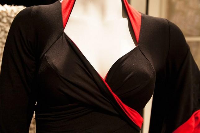 La fascia della scollatura può essere annodata davanti oppure incrociata dietro la schiena - foto Stefania Patrizi