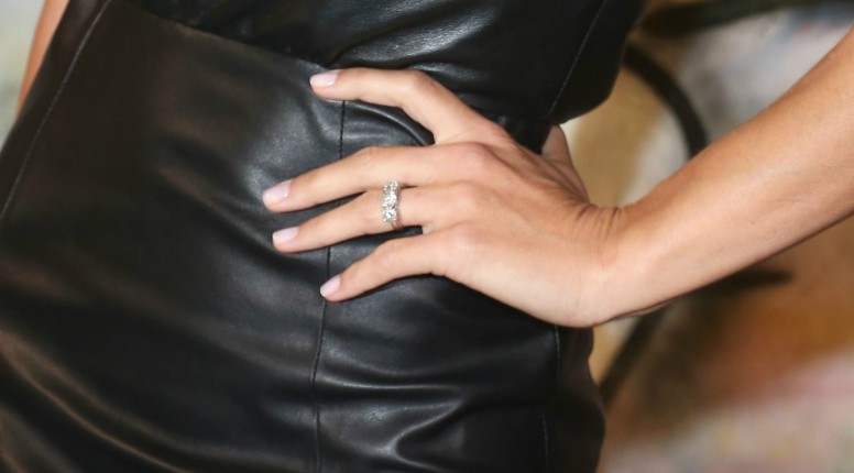 Particolare anello di fidanzamento di Michelle Hunziker: un tris di diamanti ciascuno con un valore simbolico