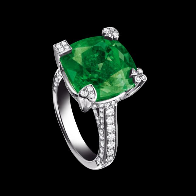 Anello con smeraldo incastonato di Piaget, contornato da quattro diamanti taglio brillante e un'infinita serie di diamanti sulla fascia, vedi il sito ufficiale piaget.com