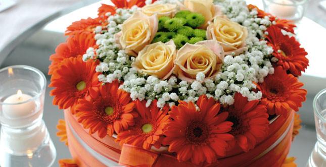 Composizione autunale realizzata da Bluemilia Flower Studio per Sweet White Weddings con gerbere, gypsophila, rose e santini. Design e realizzazione Bluemilia Flower Studio per Sweet White Weddings.