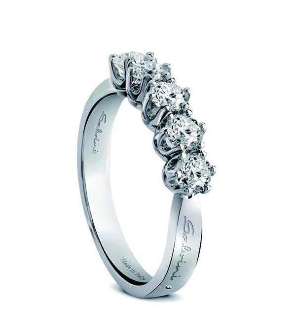 Veretta cinque pietre, in oro bianco e diamanti. Disponibile anche nella variante a sette pietre o a mezza veretta, per altre soluzioni vedi il sito ufficiale salvini.it