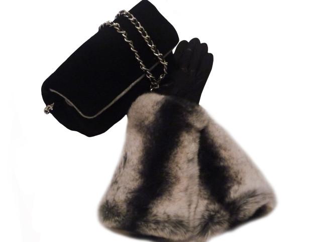 Guanti lunghi neri in capretto e lapin, €230, abbinati a borsa in cashmere double colour e chisura magnetica, €220. Sermoneta Gloves.
