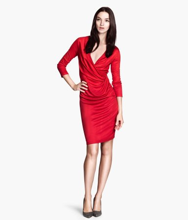 Abito lungo in jersey semilucido rosso. Corpetto incrociato a portafoglio, pinces decorative su un lato. Maniche a tre quarti. H&M.