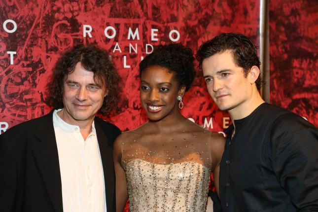 Orlando Bloom posa con Condola Rashad (nei panni di Giulietta) e il direttore artistico David Leveaux in occasione dell'Opening Night