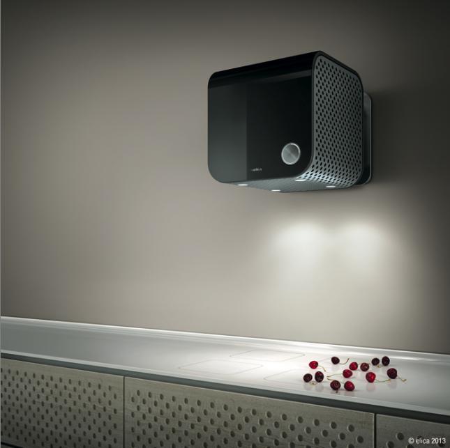 35CC di Elica è qui presentata in nero nella versione Dynamique e installata a parete