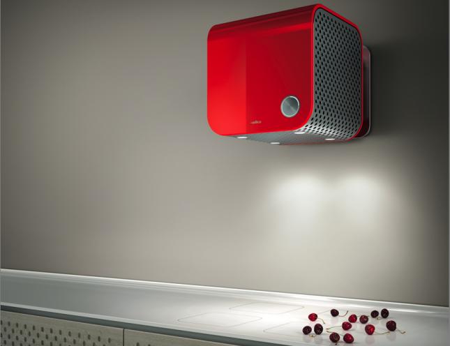 Spicca sulla parete il rosso acceso di questa 35CC, con estetica Dynamique
