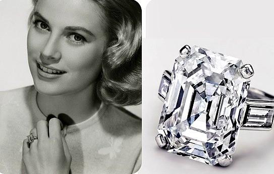 Zoom sullo splendido anello di Cartier confezionato per Grace: un diamante taglio smeraldo da 10,47 carati, con un aggiunta una montatura di platino sulla quale vengono posti due diamanti laterali, taglio baguette. Cartier ha riprodotto lo splendido anello per il film Grace of Monaco, che uscirà nel 2014, e ad avere l'onore di indossarlo sarà Nicole Kidman