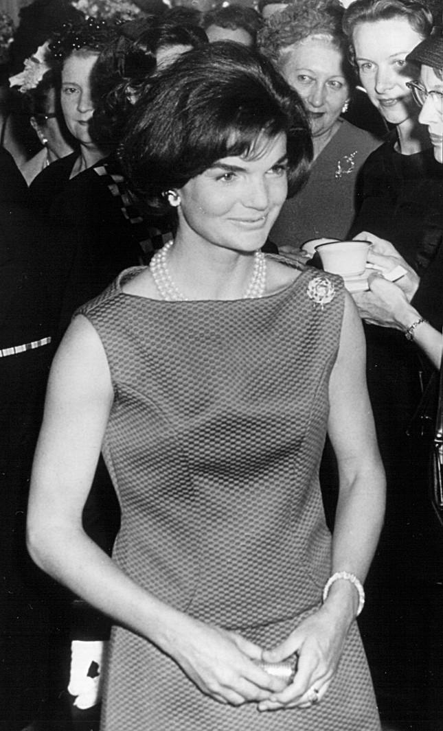 Jackie Kennedy in una foto dell'aprile 1962: in occasione di una cerimonia presso la Casa Bianca indossa il famoso anello donatole da John Kennedy, presidente degli Stati Uniti d'America, che la chiese in sposa il 24 giugno 1953