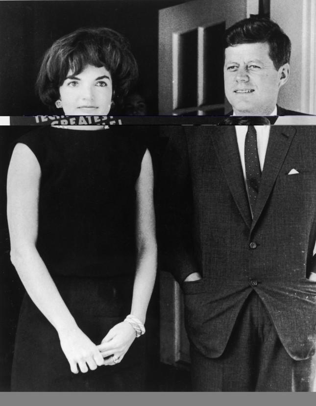 Jacqueline Kennedy eJohn F. Kennedy posano sorridenti davanti alla Casa Bianca, lei porta al dito l'anello simbolo del loro amore, è il 1961