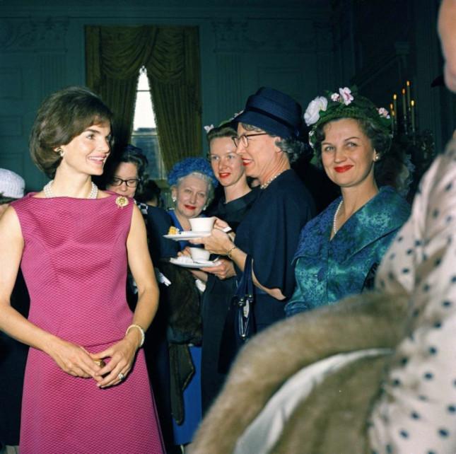 Jackie kennedy in una foto a colori, sorride alle antistanti mostrando al dito l'anello di fidanzamento