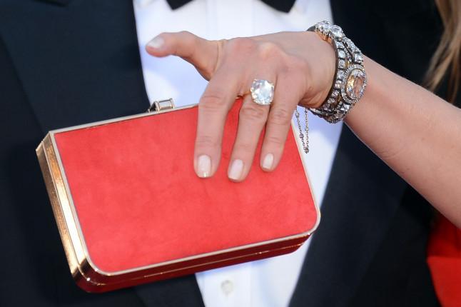 Particolare dell'anello con diamante di Jennifer