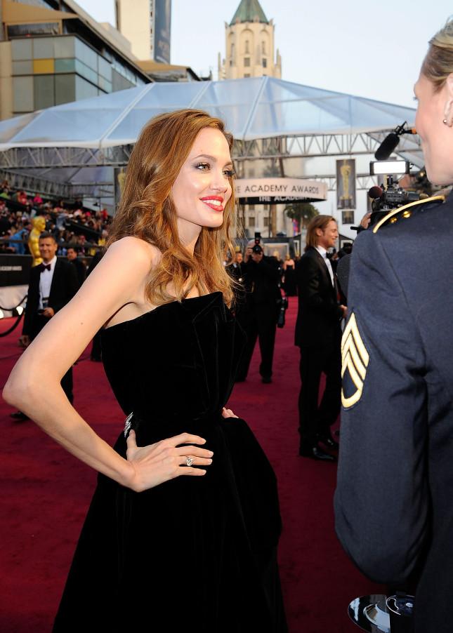 La Jolie in occasione degli Academy Awards 2013, con al dito l'anello di fidanzamento di Brad