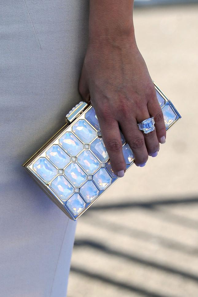 Particolare anello di fidanzamento di Kim: nel 2011 Kris Humphries l'aveva chiesta in sposa con un diamante di 20,5 carati contornato da due diamantini laterali