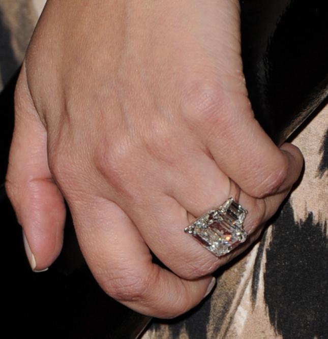 Particolare anello di fidanzamento di Kim, agosto 2011