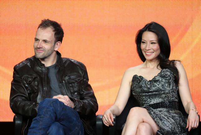 Nella serie Elementary Lucy Liu è Loan Watson, spalla dell'investigatore Sherlock Holmes, interpretato da Jonny Lee Miller (Eli Stone)