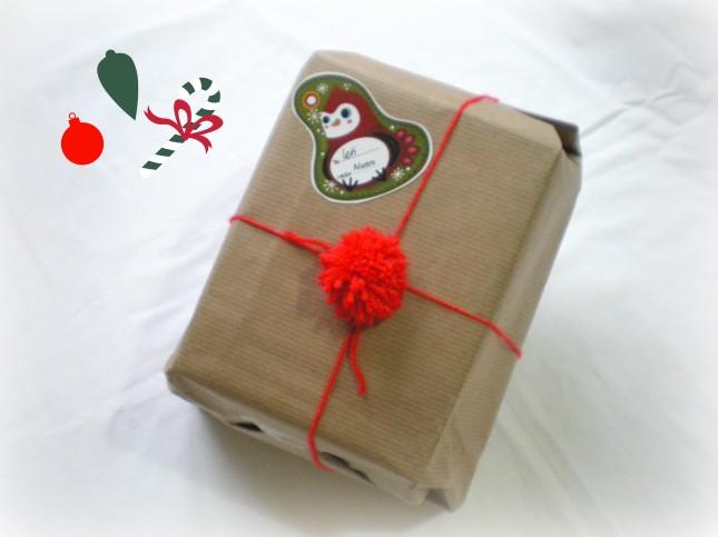 Se avete dubbi usate la carta da pacco, basta un semplice pom pom per renderla natalizia