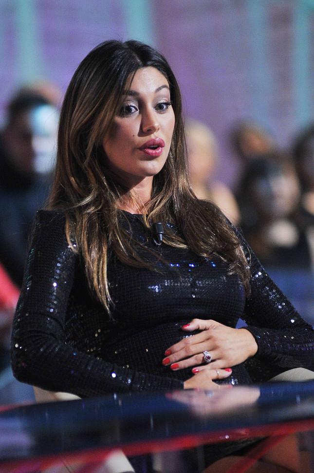 Belen è tra gli invitati delle Invasioni Barbariche il gennaio scorso: è incinta di sei mesi e sulla mano che accarezza la pancia è visibile l'anello di fidanzamento regalatole da De Martino