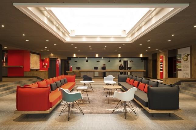 La reception dell'ibis Milano Centro appena rinnovato: colori caldi, legno chiaro e nelle camere Sweet Bed per  un buon riposo