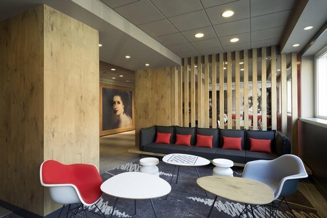 Sedie e tavolini in stile anni 60 nella lounge ibis Milano Centro