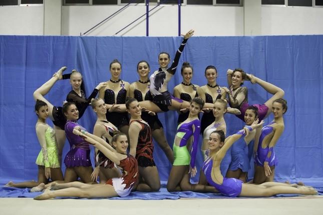 Alcune ragazze del gruppo ginnastica per tutti