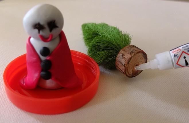 Incolla la base dell'abete verde sul tappo del vasetto