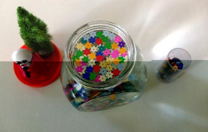 Perché non aggiungere un tocco di colore alla tua boule de neige utilizzando paillette variopinte a forma di stella?