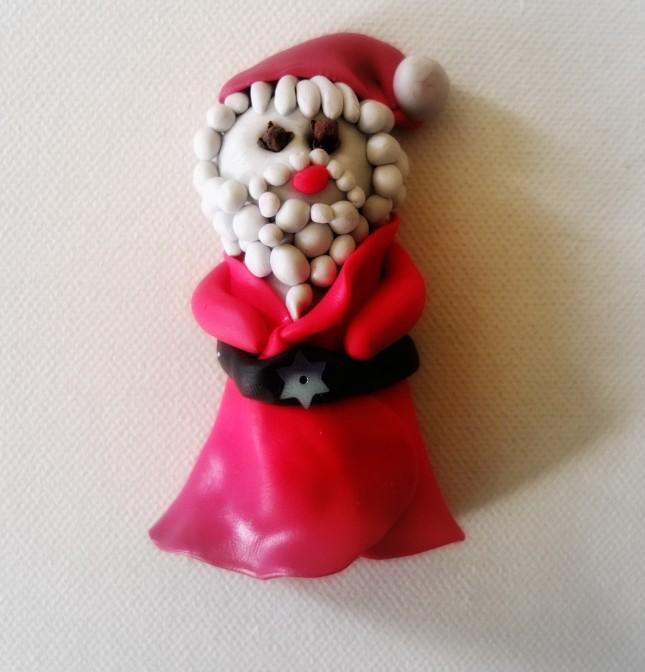 Crea oggetti a tema natalizio differenti per ogni tua sfera di vetro: che cosa te ne pare di un divertente Babbo Natale?